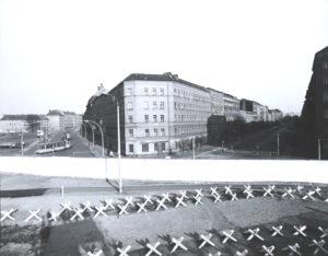 Bernauer Straße mit der Mauer und dem Todesstreifen.
