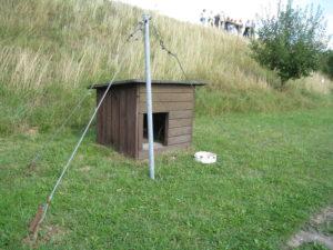 Hundehütte im Todesstreifen mit Laufanlage (c) wikipedia