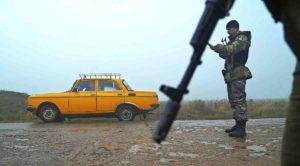 Grenzsoldaten kontrollieren einen Aus Russland kommenden PKW