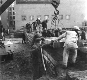 ADN-ZB-Stöhr-4.12.1961-In der Nacht vom 3. zum 4.12.1961 wurde begonnen, an weiteren Abschnitten die Staatsgrenze der DDR zu Westberlin zu festigen.